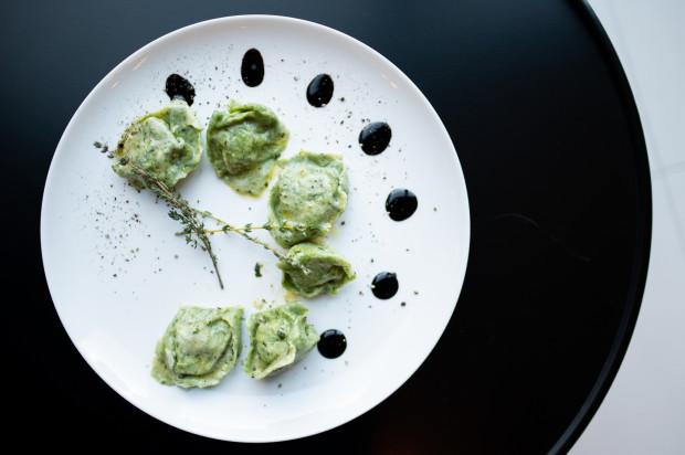 Tortellone di ricotta w bistro Parmezan. W środku znajdują się: szpinak, ser ricotta, grana padano oraz sos szałwiowy na białym winie.