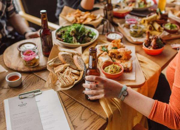 Browar restauracyjny jest częścią restauracji, która w ramach usług gastronomicznych oferuje również wytworzone na miejscu piwo. Moce wytwórcze takiego zakładu nie przekraczają zwykle kilku tysięcy hektolitrów rocznie, gdyż taki browar produkuje zwykle na potrzeby swoich lokali czy powiązanych z nim klubów, hoteli i restauracji.