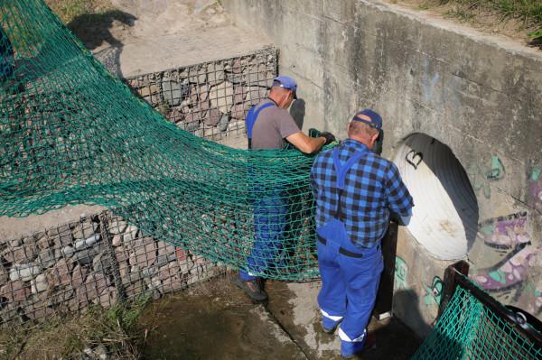 Pracownicy Gdańskich Wód zamontowali nowe pułapki na śmieci na potoku Matarnickim.