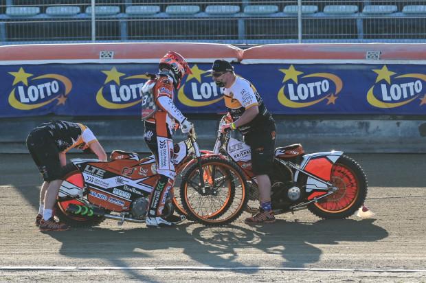 Krystian Pieszczek w Toruniu w pierwszym wyścigu stracił silnik pierwszego wyboru. Drugi, czyli ten, na którym znakomicie pojechał w Rybniku podczas meczu ekstraligi, na Moto Arenie kompletnie się nie sprawdził.