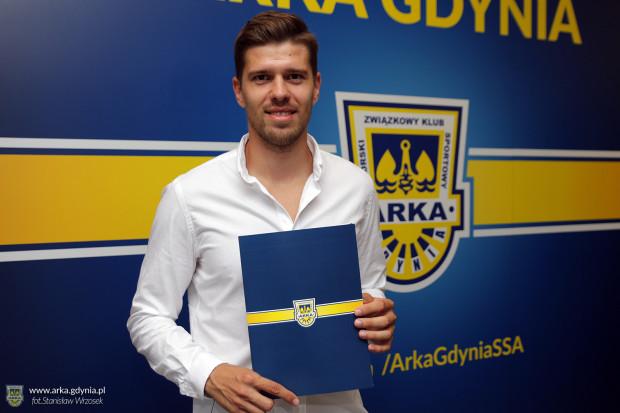 Michał Marcjanik nie podbił Włoch, gdzie odchodził z Arki w 2018 roku. W minionym sezonie obrońca był jednak podstawowym obrońcą Wisły Płock, gdzie grał w ramach wypożyczenia z Empoli. Teraz wraca do Gdyni podpisując kontrakt na 3 lata.