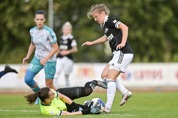 Piłkarki APLG rozpoczęły debiutancki sezon w ekstralidze kobiet od porażki 0:1. Na zdjęciu Julia Włodarczyk.
