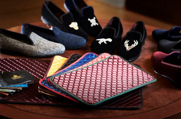 Obuwniczą klasyką po domu są aksamitne pantofle (tzw. velvet slippers), często ozdobione haftami i wyłożone od środka jedwabiem.