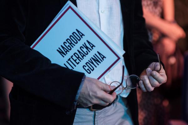 Miasto Słowa to wielowątkowy festiwal miłośników i pasjonatów literatury w każdym wieku, który towarzyszy Nagrodzie Literackiej Gdynia od 2018 roku. W Gdyni - Mieście Słowa - czytelnicy spotkają się z ulubionymi autorami, biorą udział w warsztatach, dyskusjach i specjalnie zaaranżowanych akcjach miejskich, ulokowanych na styku różnych sztuk.