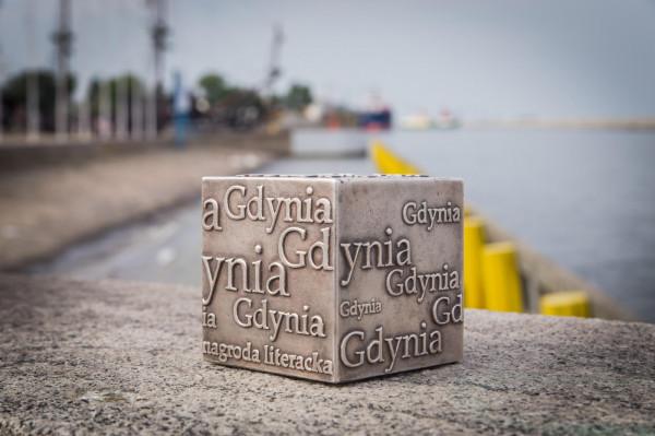Z grona finalistów Nagrody Literackiej Gdynia wyłonieni zostaną laureaci w każdej z czterech kategorii. Otrzymają oni pamiątkową statuetkę, tzw. Kostkę Literacką, i nagrodę pieniężną w wysokości 50 tys. zł. Wyniki poznamy 28 sierpnia.