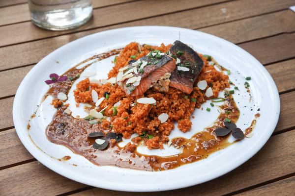 Pstrąg z kuskusem i sosem imbirowo-sojowym