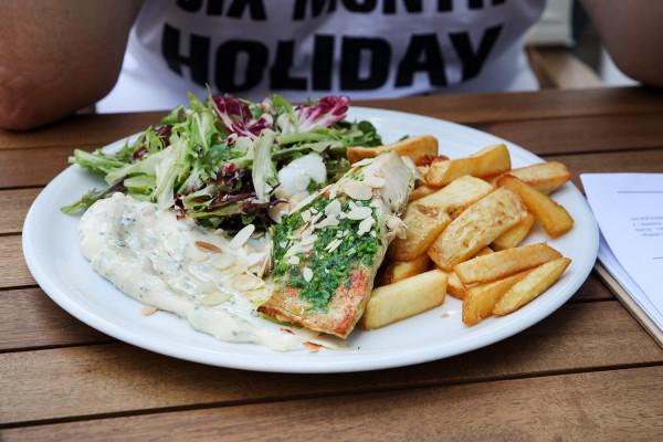 """W kolejnym odcinku cyklu """"Jemy na mieście"""" odwiedzam położoną tuż przy plaży w Brzeźnie restaurację Mnie to rybka. Na zdjęciu: dorsz z frytkami."""