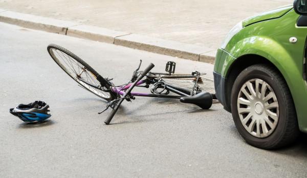 51-letni mężczyzna nie ustąpił pierwszeństwa rowerzystce, która jechała ścieżką dla rowerów, i doprowadził do zderzenia. Kobieta trafiła do szpitala. Zdjęcie ilustracyjne.