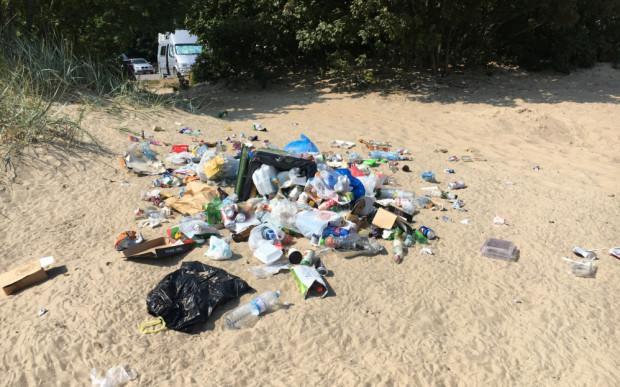 Śmieci na plaży przy Westerplatte. - Teren nie został przekazany miastu i nie podlega naszej administracji - informują miejscy urzędnicy.