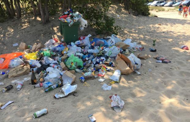 W sezonie turystycznym, gdy plaże pękają w szwach, to samo dzieje się ze śmietnikami. Zdjęcie z ostatniego poniedziałku z plaży przy Westerplatte w Gdańsku.
