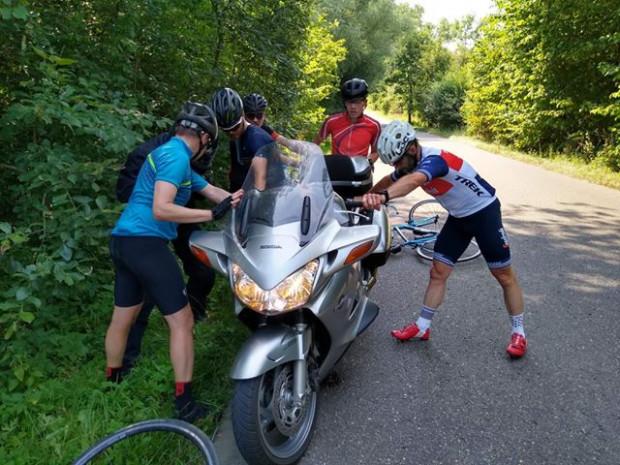 Dzięki pomocy rowerzystów kierujący motocyklem mógł udać się w dalszą drogę.