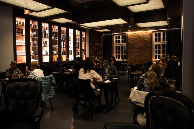 Menu degustacyjne w restauracji serwującej fine dining składa się zwykle z 5-7 dań.