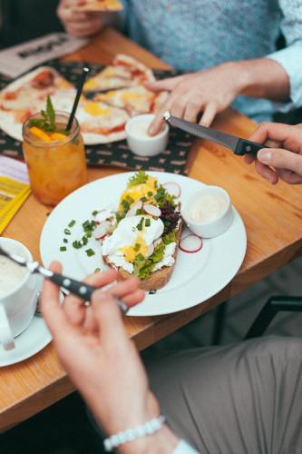 W dni powszednie od 9 do 12 w gdańskim lokalu AïOLI dostaniemy zestaw śniadaniowy za 5 zł przy zakupie dowolnego napoju z wkładki śniadaniowej menu.