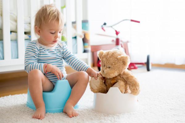 Jeśli nasze dziecko nie jest jeszcze do końca gotowe na pożegnanie z pieluszką, nie powinniśmy przyspieszać tego procesu i zmuszać malucha do siadania na nocnik.