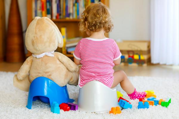Gotowość dziecka do pożegnania z pampersem można poznać przede wszystkim po tym, że chce korzystać z nocnika - zdejmuje pieluszkę, chętnie siada samo na nocnik, bez zmuszania.