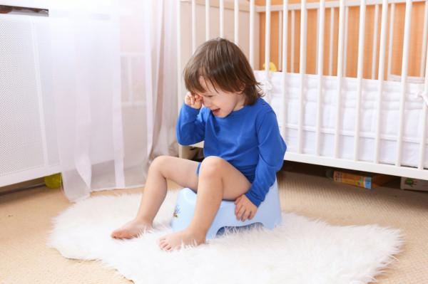 Nie denerwujmy się, jeśli nasze dziecko straciło zainteresowanie nocnikiem. Odpieluchowanie to proces, a każdy proces oznacza i progres, i regres. Po jednym kroku w przód mogą nastąpić dwa kroki w tył.