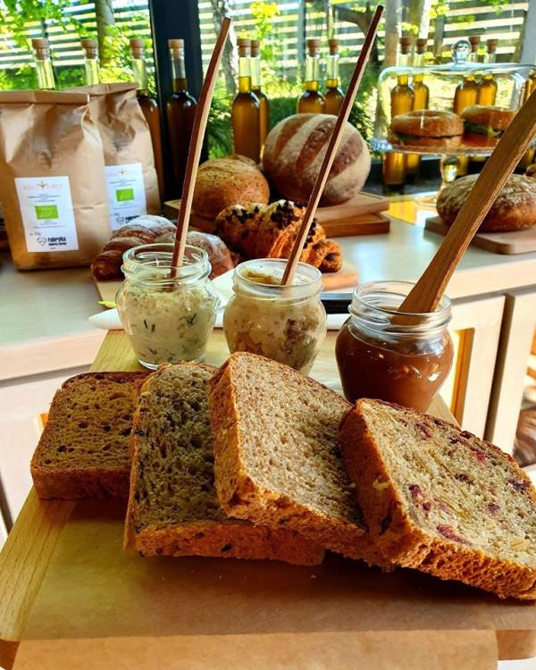 W zestawie śniadaniowym w Sopockim Młynie dostaniemy wybrane pieczywo, trzy pasty i napój.