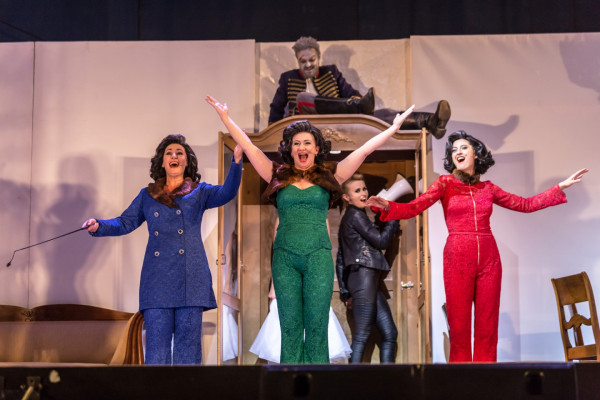 """Teatr Wybrzeże będzie pokazywał spektakle na Letniej Scenie w Pruszczu Gdańskim, w tym roku będzie to """"Żabusia"""". W poprzednich latach pokazywano tam przedstawienie """"Niezwyciężony"""" oraz """"Damy i Huzary albo Play Fredro"""" (na zdjęciu)."""