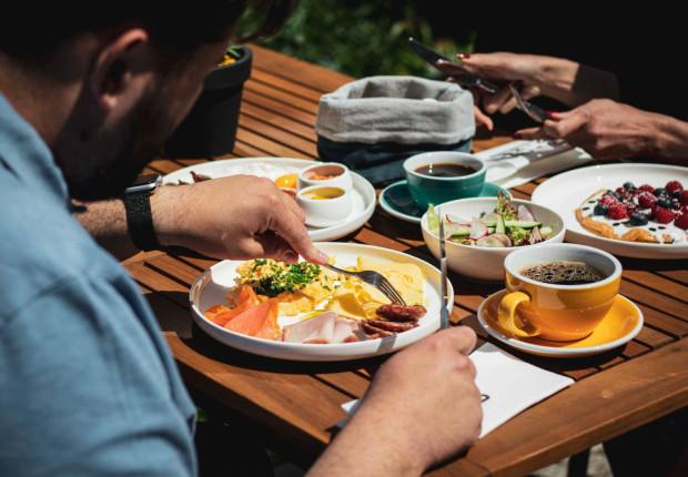 W restauracji i kawiarni Ducha66 w Gdańsku śniadania serwowane są między 8:00 a 13:00.