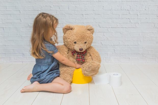 Pozwólmy dziecku na zabawę z nocnikiem, zachęcajmy, żeby miś czy lalka również z niego korzystali. Nauka korzystania z nocnika może być przyjemna.