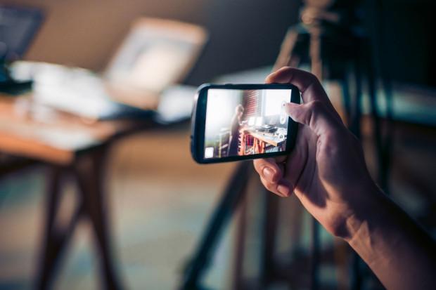Do stworzenia własnej produkcji nie potrzeba profesjonalnego sprzętu, wystarczy telefon, aparat lub tablet.