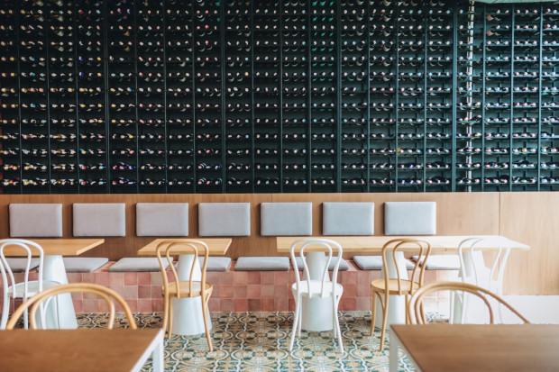 Ściana pełna win to znak rozpoznawczy Iberica Tapas Bar.