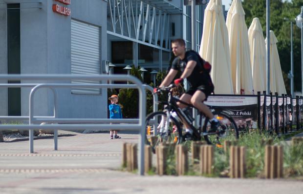 Wbrew pozorom jazda po zatłoczonej drodze rowerowej nie jest trudna, o ile przestrzegamy podstawowych zasad.