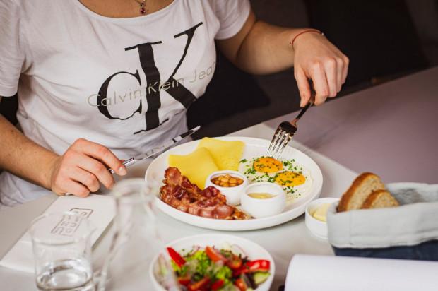 W restauracji i kawiarni Ducha66 w Gdańsku śniadania serwowane są między godz. 8 a 13. Na zdjęciu: zestaw angielski, czyli jaja sadzone, białe kiełbaski z grilla, boczek wędzony, fasolka, pieczywo i miks sałat.