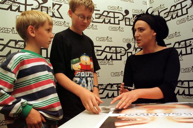 W gdańskim City Forum, w Empiku Megastore KAYAH podpisywała płyty i plakaty - 16.06.2000 r.