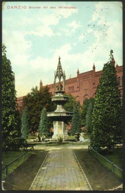 Fontanna na Targu Maślanym na początku XX wieku (obecnie między ulicą Lastadia i Kotwiczników) upamiętniająca pomyślne zakończenie budowy miejskich wodociągów i kanalizacji.