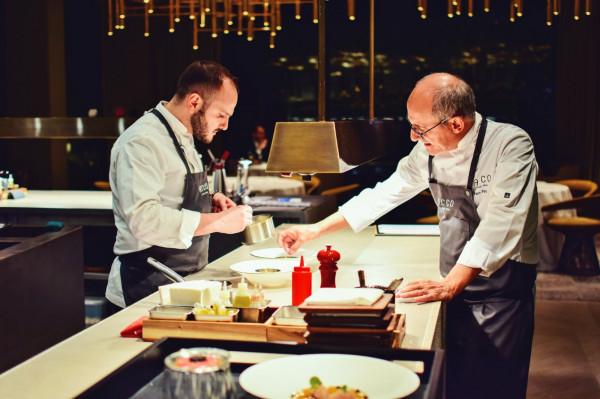 Paco Pérez (po prawej) podczas pracy nad daniem.