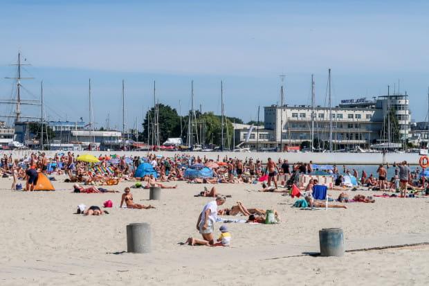 Miłośnikom plażowania proponujemy spędzenie czasu na trójmiejskich kąpieliskach.