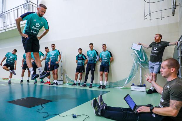 Ze względu na tygodniową izolację, Lechia straciła połowę okresu przygotowawczego przed pierwszym meczem o stawkę. 7 dni to czas jaki dano biało-zielonym na przygotowanie się do spotkania ze Stalą Stalową Wola.
