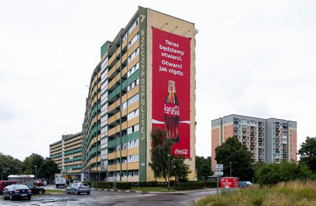 Baner reklamowy na falowcu Rzeczypospolitej 7, w pobliżu pętli tramwajowej Zaspa.