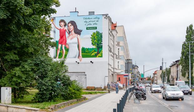 Reklama na ścianie kamienicy Grunwaldzka 124, w pobliżu przystanku tramwajowego Klonowa