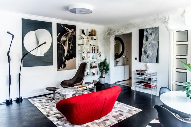 Właściciele kolekcjonują obrazy, które chętnie eksponują we wnętrzach mieszkania.
