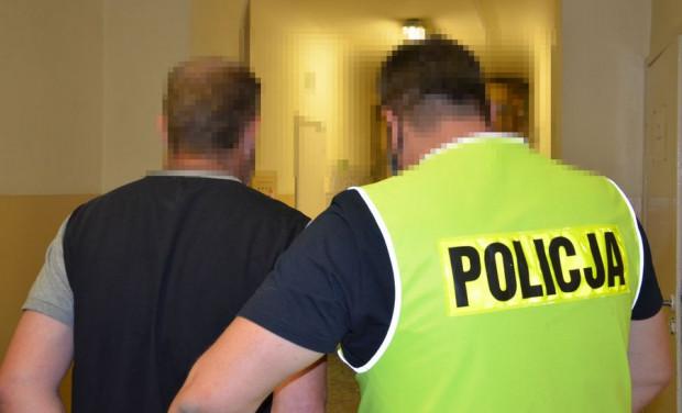 40-latek w piątek został doprowadzony do prokuratury, gdzie prawdopodobnie usłyszy zarzut znęcania się nad zwierzęciem ze szczególnym okrucieństwem.