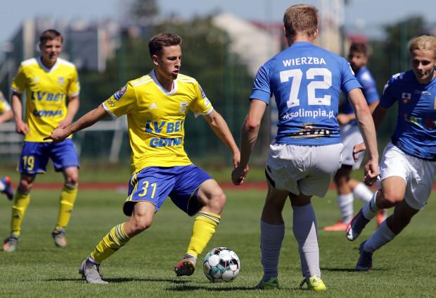 Dawid Markiewicz (przy piłce) strzelił dwa gole dla Arki Gdynia w sparingu z Olimpią Elbląg.