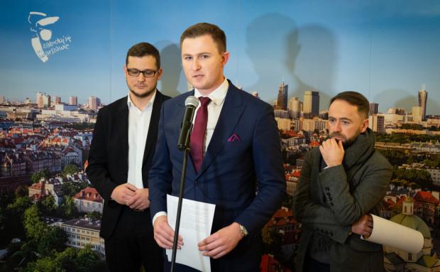 W styczniu wiceprezydent Gdańska, Piotr Grzelak, wraz z innymi samorządowcami apelował, by producentów opakowań z tworzyw sztucznych obciążyć dodatkową, wyższą opłatą.