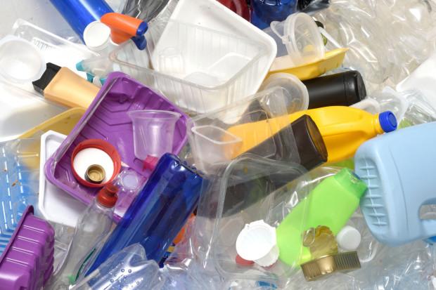 Zgodnie z nowymi przepisami producenci opakowań, głównie tych plastikowych, mają być obciążani opłatą za późniejszą utylizację śmieci.