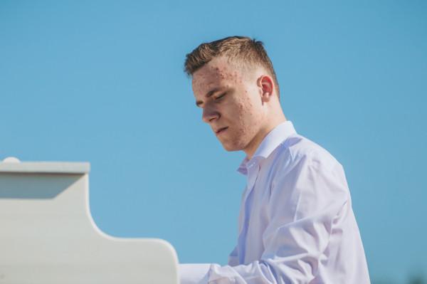Pianiści zagrali na specjalnie skonstruowanym, mobilnym fortepianie. Na zdjęciu: Mikołaj Charuk.