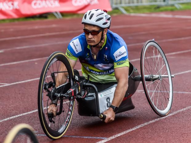 Witold Misztela w wyścigu wózkarzy powtórzył sukces z ubiegłego roku. Na prostych rozpędzał się do blisko 40 km/h.