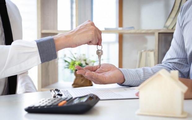 Zanim, po decyzji o zakupie nieruchomości, dojdzie do przekazania kluczy, może okazać się konieczna nawet kilkukrotna zmiana umowy.