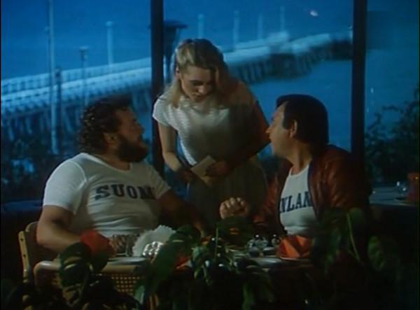 """Kadr z filmu """"Smażalnia story"""", wnętrze klubu Maxim, gdzie bawili się Zbyniu (Zbigniew Buczkowski) i Zdzisiu (Zdzisław Smektała), a przygrywały Wały Jagiellońskie."""