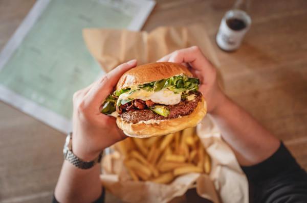 W ofercie Śródmieścia znajdują się burgery mięsne i wegetariańskie.