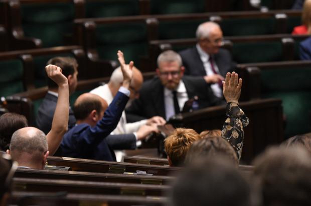 Opozycja w większości poparła ustawę dotyczącą podwyżek wynagrodzeń dla polityków. Szef KO, po fali krytyki, rekomenduje jednak teraz Senatowi odrzucenie projektu.