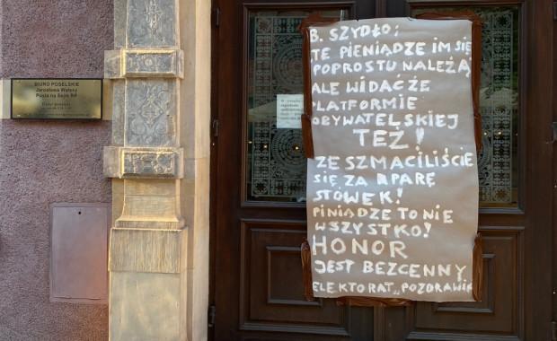 Transparent na biurze poselskim Jarosława Wałęsy w Gdańsku.
