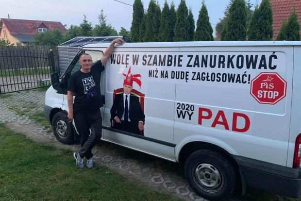 Pan Sebastian z Gdańska w czerwcu usłyszał zarzut znieważenia prezydenta RP za poruszanie się tym samochodem. Teraz punktuje posłów KO.