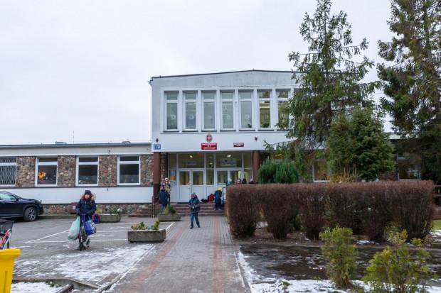 """Szkoła Podstawowa nr 8 przy ulicy Orłowskiej 27/33 """"zagrała"""" w ósmym odcinku serialu """"07 zgłoś się""""."""
