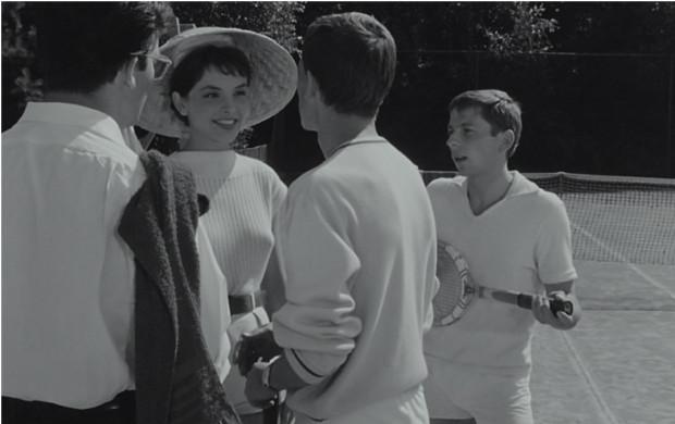"""Na gdyńskich kortach tenisowych rozgrywają się zabawne sceny z filmu """"Do widzenia, do jutra..."""", w których Jacek (grany przez Z. Cybulskiego) nieporadnie gra w tenisa z Francuzką, Margueritte (T. Tuszyńska). Niestety, dołączają do nich koledzy, którzy bez skrupułów zaczynają adorować dziewczynę."""